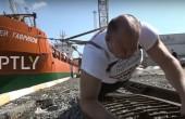 Rosyjski strongman przeciągnął statek by upamiętnić czwartą rocznicę aneksji Krymu (wideo)