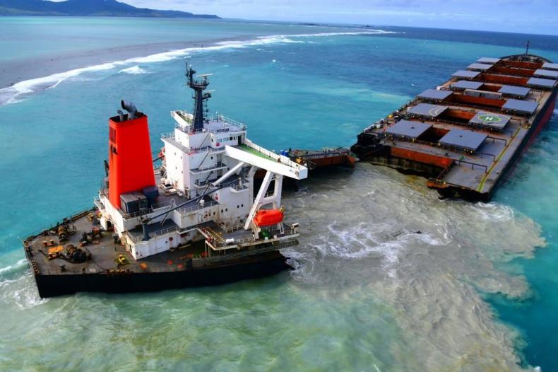Masowiec w Mauritiusie rozpadł się na dwie cześci: jedna z największych katastrof ekologicznych w historii - GospodarkaMorska.pl