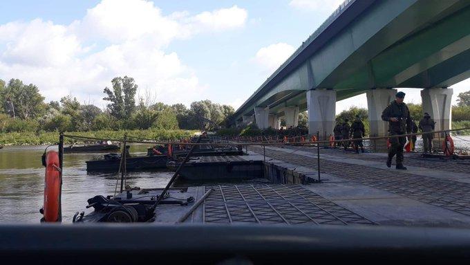 Tymczasowy rurociąg układany jest na moście pontonowym - GospodarkaMorska.pl