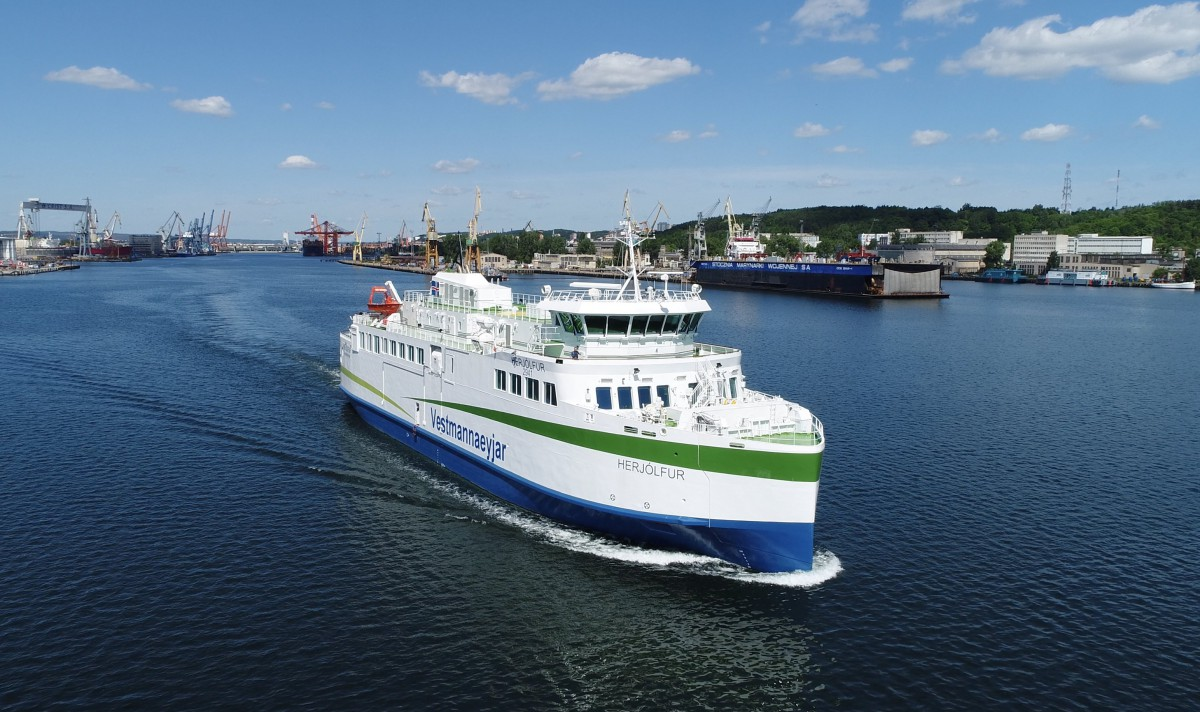 A modern hybrid ferry built in the Crist shipyard set out for Iceland [photo, video]