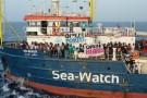 Włochy: Statek z migrantami stoi naprzeciwko portu na wyspie Lampedusa
