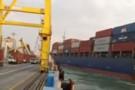 Mały kontenerowiec uderzył w suwnicę indonezyjskiego terminalu (wideo)