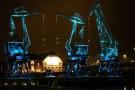Szczecińskie dźwigozaury i filharmonia podświetlone na niebiesko dla służby zdrowia