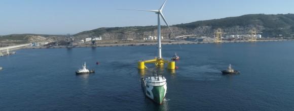 Ostatnia jednostka pierwszej półzanurzalnej pływającej farmy wiatrowej na świecie wyrusza z portu (foto, wideo)