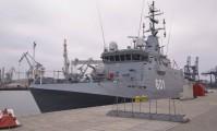 Podniesienie bandery na ORP Kormoran przy nabrzeżu Pomorskim