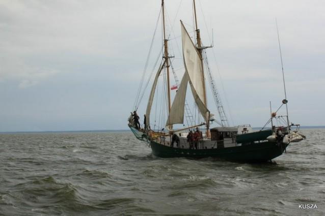Wyciągnięto wrak jachtu Down North - GospodarkaMorska.pl