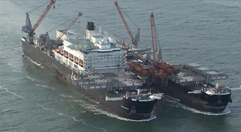 Gigantyczny katamaran wypływa z Portu Rotterdam (wideo) - GospodarkaMorska.pl