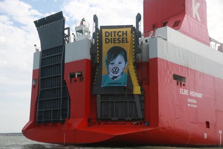 Aresztowano 5 aktywistów Greenpeace, którzy wdarli się na statek z samochodami Volkswagena (wideo) - GospodarkaMorska.pl