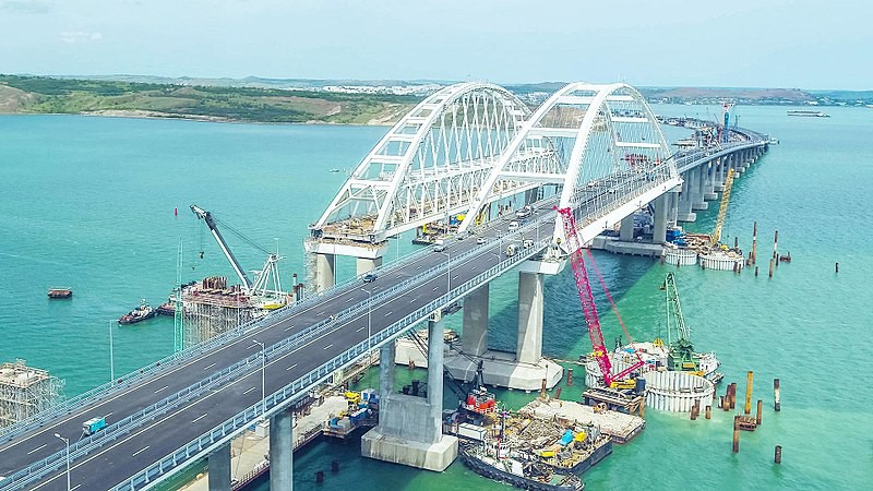 Ukraińskie okręty wojenne przepłynęły pod Mostem Krymskim - GospodarkaMorska.pl
