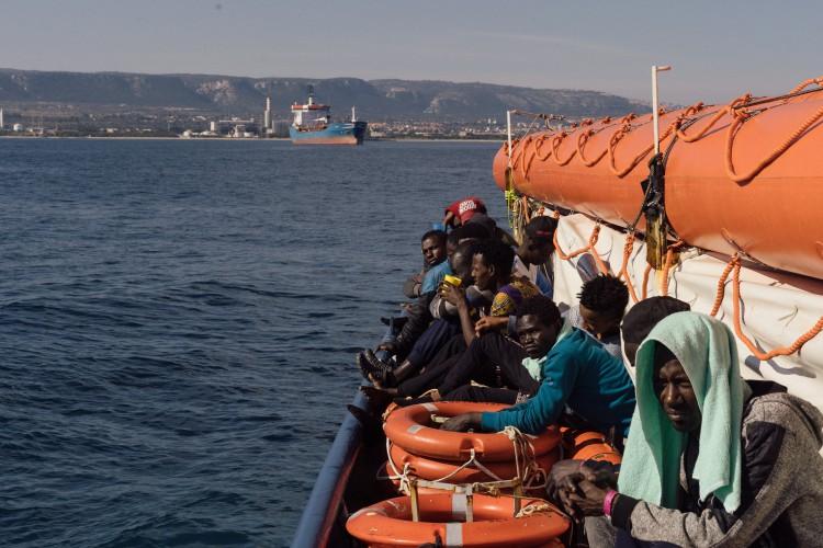Włochy przyjmą jednego z 47 migrantów, którzy zeszli ze statku na Sycylii - GospodarkaMorska.pl