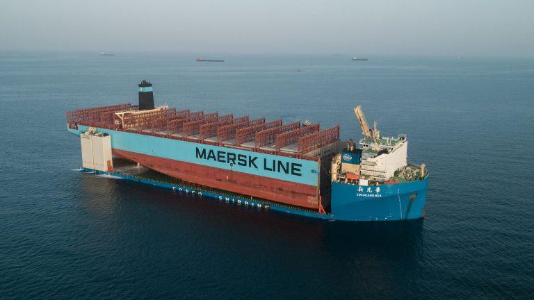 Część uszkodzonego w pożarze kontenerowca Maersk Honam w drodze do Korei Południowej - GospodarkaMorska.pl