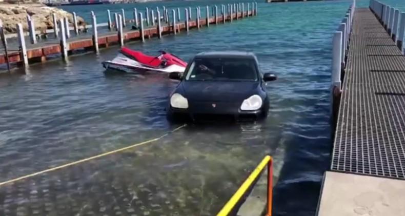 Chciał zwodować skuter, zatopił luksusowe porsche (wideo) - GospodarkaMorska.pl