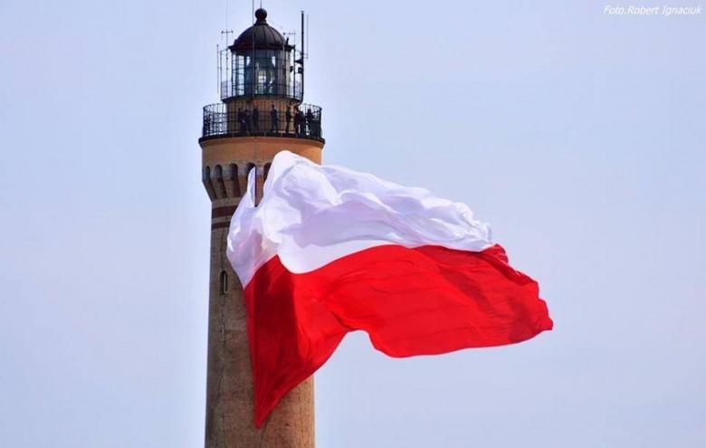 Największa flaga w Polsce zawisła na świnoujskiej latarni morskiej, ale tylko na chwilę. Wiatr pokrzyżował plany (foto, wideo) - GospodarkaMorska.pl