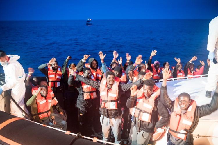 Włochy: Migranci zeszli z zablokowanego statku; Salvini żąda wyjaśnień (wideo) - GospodarkaMorska.pl
