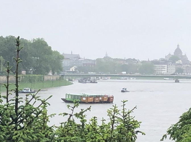 Kraków: Policjanci komisariatu wodnego powstrzymali dryfujące barki od uderzenia w most Dębnicki (wideo) - GospodarkaMorska.pl