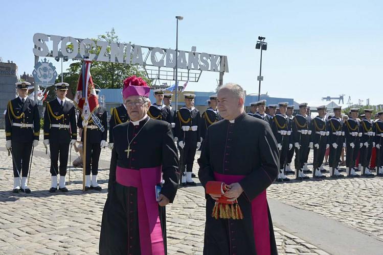 Abp Głódź pod Pomnikiem Poległych Stoczniowców modlił się o dobre korzystanie z wolności - GospodarkaMorska.pl