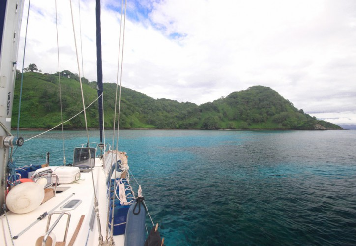 Jacht Crystal z wizytą na Wyspie Kokosowej w ramach rejsu dookoła świata - GospodarkaMorska.pl