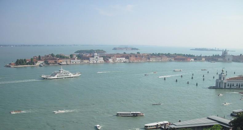 Włochy: Manifestacja przeciwników wielkich statków w Wenecji - GospodarkaMorska.pl