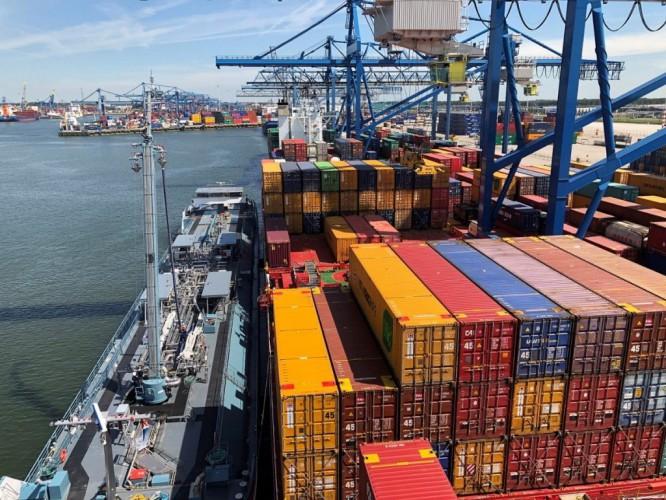 Containerships przeprowadziło przełomowe bunkrowanie paliwem LNG - GospodarkaMorska.pl