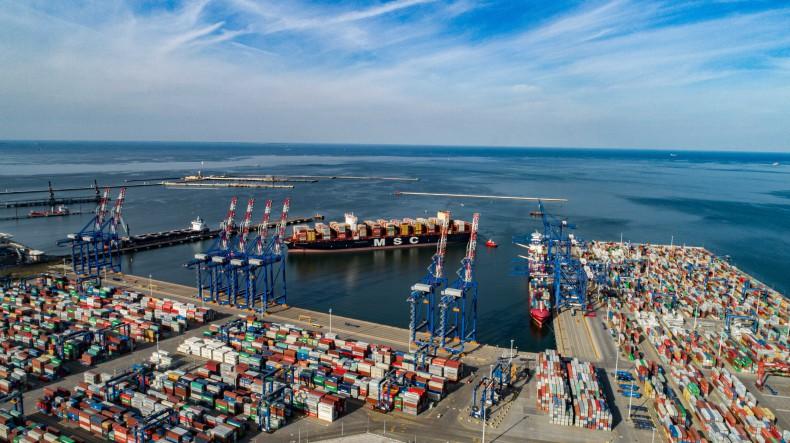 Największy na świecie kontenerowiec MSC Gülsün przypłynął do DCT Gdańsk. Robi wrażenie (foto, wideo) - GospodarkaMorska.pl