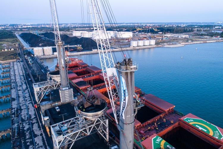 Obrońcy klimatu wspięli się na dźwigi w terminalu węglowym Portu Gdańsk i zatrzymali ich pracę - GospodarkaMorska.pl