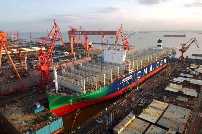 W Chinach zwodowano pierwszy megakontenerowiec o napędzie LNG (wideo) - GospodarkaMorska.pl