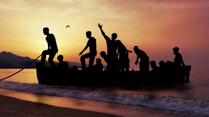 Włochy: Uratowano ok. 180 migrantów z dryfującej łodzi - GospodarkaMorska.pl