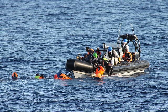 Włoska Straż Przybrzeżna zlokalizowała wrak łodzi z ciałami migrantów - GospodarkaMorska.pl