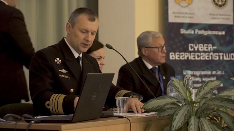 """IX Konferencja Naukowa """"Bezpieczeństwo portów morskich i lotniczych"""" na Akademii Marynarki Wojennej w Gdyni (wideo) - GospodarkaMorska.pl"""
