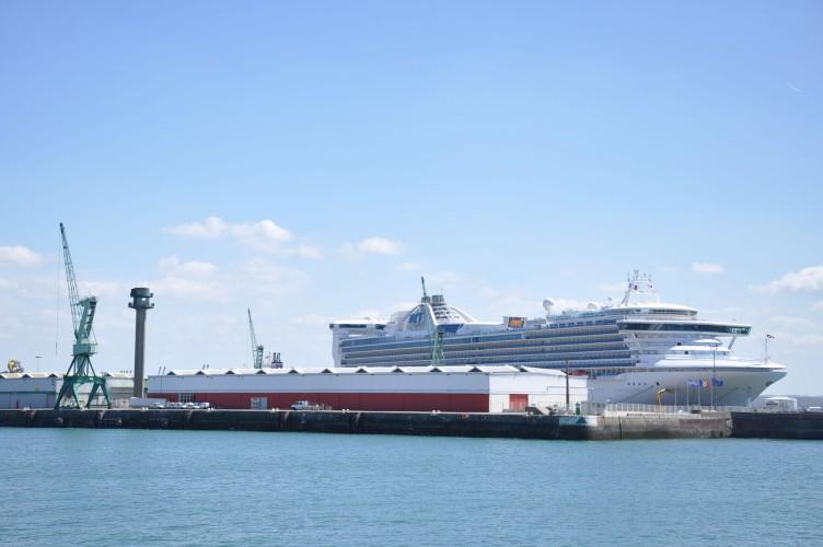 Francja: Blokada portów morskich w proteście przeciw reformie emerytalnej - GospodarkaMorska.pl