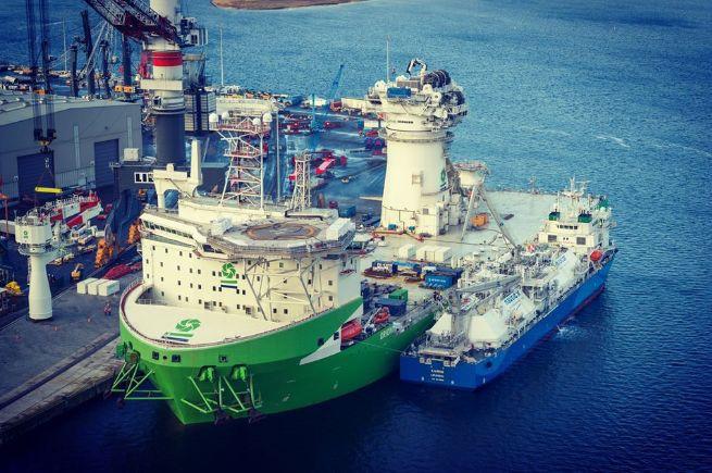 Pierwsze bunkrowanie LNG ze statku na statek w Porcie Rostock - GospodarkaMorska.pl