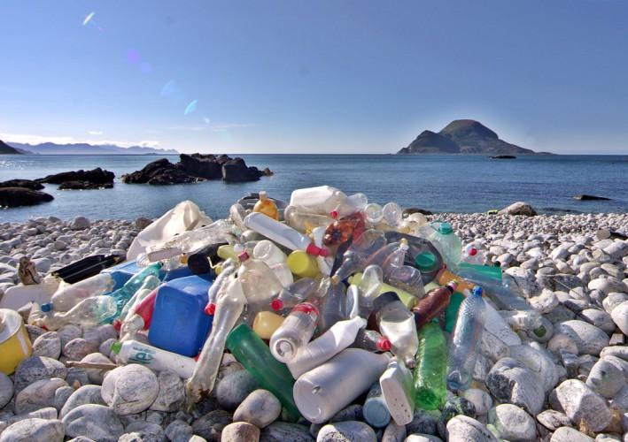 UE: Co minutę do Morza Śródziemnego trafia 30 tys. plastikowych butelek - GospodarkaMorska.pl
