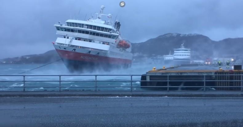 Niesamowite cumowanie na dziko w Norwegii (wideo) - GospodarkaMorska.pl