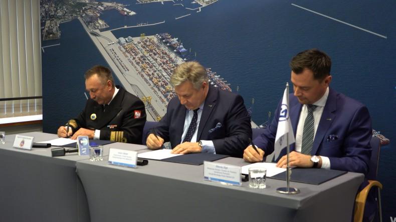 Podpisanie porozumienia pomiędzy Portem Gdynia a 43 Bazą Lotnictwa Morskiego [wideo] - GospodarkaMorska.pl