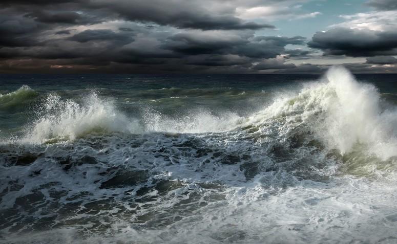 Wzrost poziomu wód na Wybrzeżu, sztorm na Bałtyku oraz silny wiatr w całym regionie - GospodarkaMorska.pl
