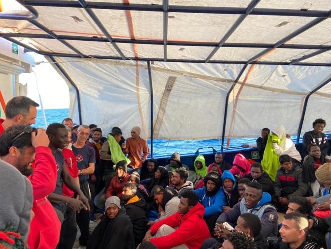 Statek ze 158 migrantami wpłynął do portu w Mesynie - GospodarkaMorska.pl