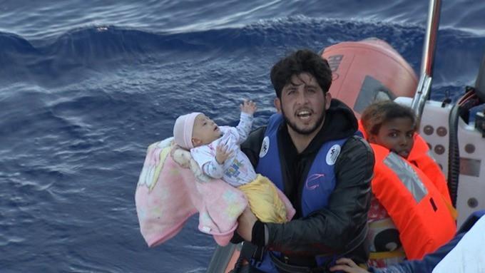 W Hiszpanii uratowano dziecko urodzone w łodzi z migrantami - GospodarkaMorska.pl