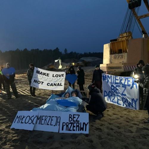 Nagi protest w miejscu przekopu Mierzei Wiślanej (foto) - GospodarkaMorska.pl