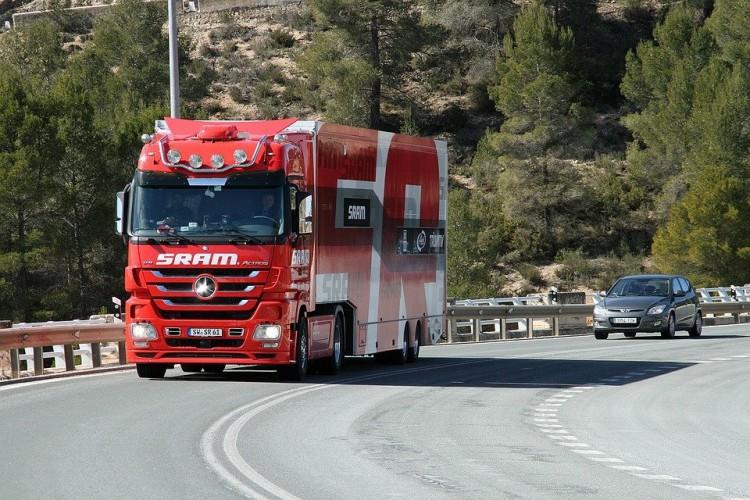 Państwa członkowskie UE przyjęły przepisy w sprawie przewoźników drogowych - GospodarkaMorska.pl