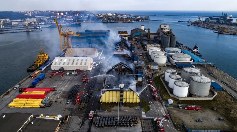 Spłonęła największa hala magazynowa Bałtyckiego Terminalu Zbożowego w Gdyni (foto, wideo) - GospodarkaMorska.pl