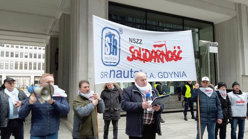 Warszawa: Związkowcy protestowali w obronie Stoczni Remontowej Nauta S.A. - GospodarkaMorska.pl