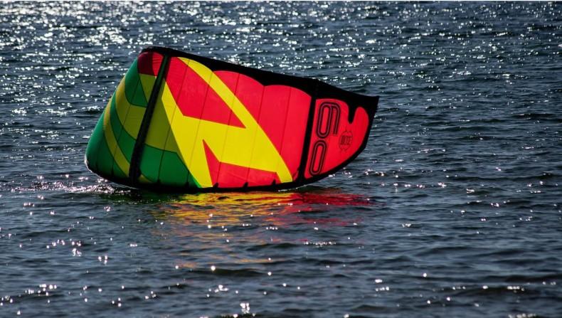Kitesurfer wpadł do morza ok. 500 m od brzegu, został uratowany - GospodarkaMorska.pl