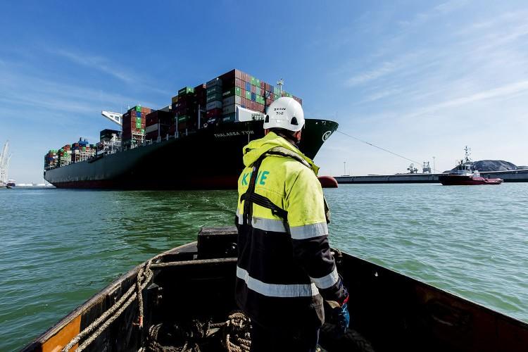 Port w Rotterdamie działa mimo wprowadzenia rządowych regulacji związanych z epidemią - GospodarkaMorska.pl