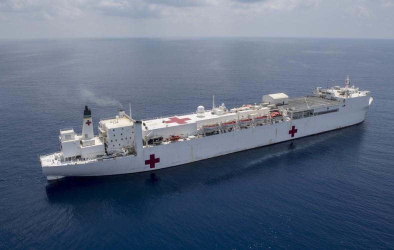 USA: Pływające szpitale wesprą walkę z COVID-19. USNS Mercy już dotarł do Los Angeles [wideo] - GospodarkaMorska.pl