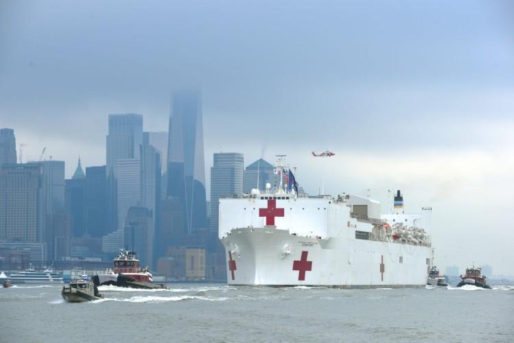 COVID-19 w USA: Statek szpitalny USNS Comfort dotarł do Nowego Jorku [wideo] - GospodarkaMorska.pl