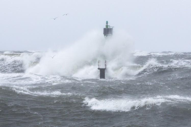 Silny wiatr na Wybrzeżu oraz sztorm na Bałtyku - GospodarkaMorska.pl