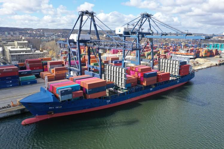 Pierwsze w historii zawinięcie własnego statku Ocean Network Express do Trójmiasta (foto) - GospodarkaMorska.pl