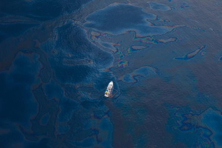 Gigantyczna plama ropy na Bałtyku w pobliżu Półwyspu Helskiego. Trwa akcja SAR - GospodarkaMorska.pl