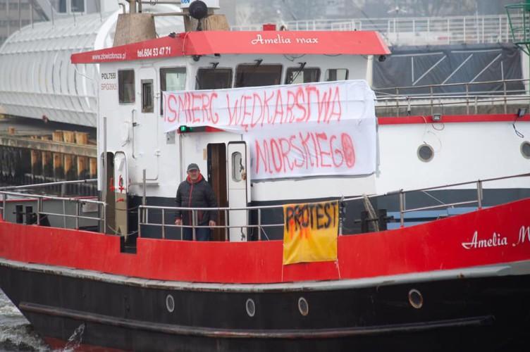 Rybacy rekreacyjni pływają w pobliżu portu w Gdańsku, ale nie blokują dostępu - GospodarkaMorska.pl