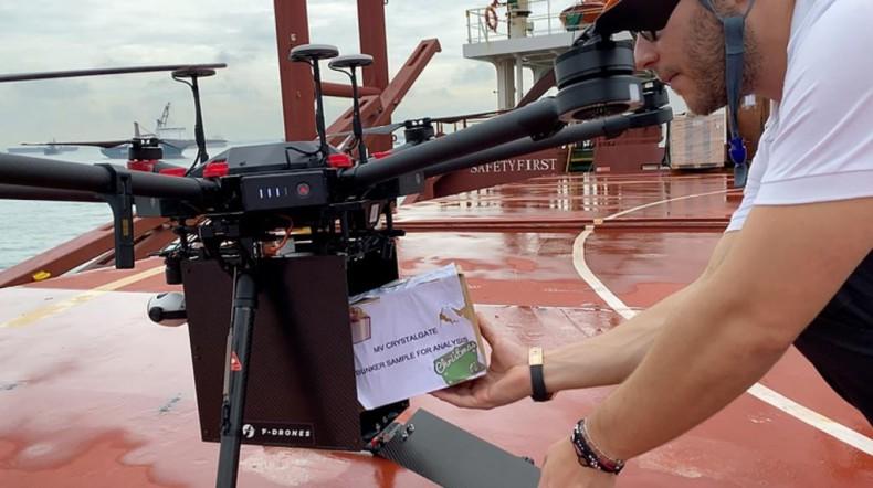 Singapur: Pierwsze dostawy przesyłek na statki za pomocą dronów - GospodarkaMorska.pl
